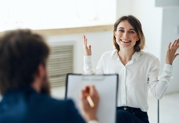 Mężczyzna lekarz psycholog zapisuje konsultacje z pacjentką