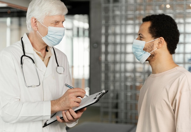 Mężczyzna lekarz rozmawia z pacjentem