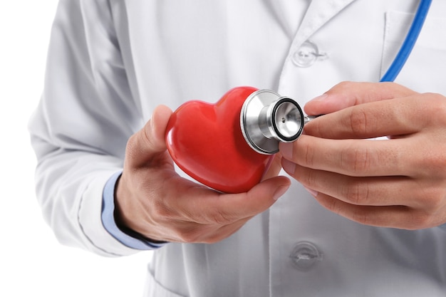 Mężczyzna lekarz trzymający czerwone serce i stetoskop, zbliżenie