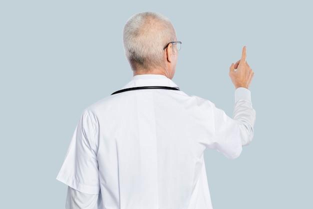 Mężczyzna lekarz w białej sukni z tyłu