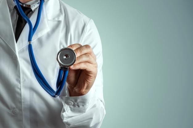 Mężczyzna, lekarz w białym fartuchu ze stetoskopem.