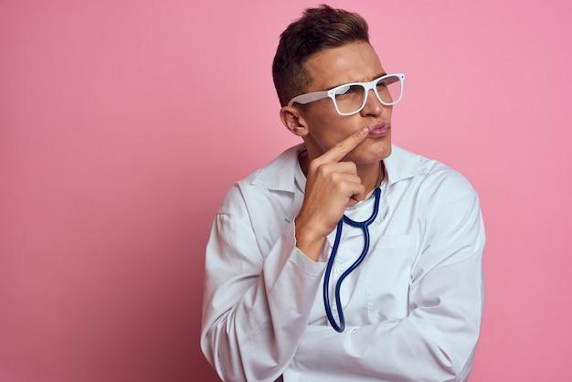 Mężczyzna lekarz w medycznej sukni ze stetoskopem na szyi