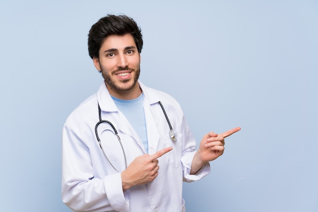 Mężczyzna lekarz wskazując palcem na bok