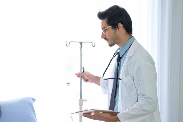 Mężczyzna lekarz zanotował notatkę na oddziale w szpitalu