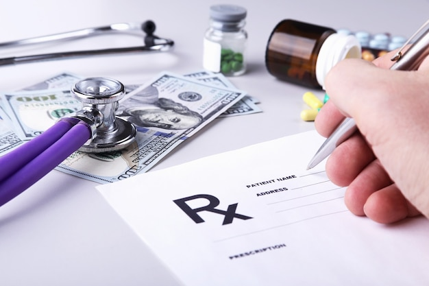 Mężczyzna lekarza lub farmaceuty, trzymając w ręku słoik lub butelkę tabletek