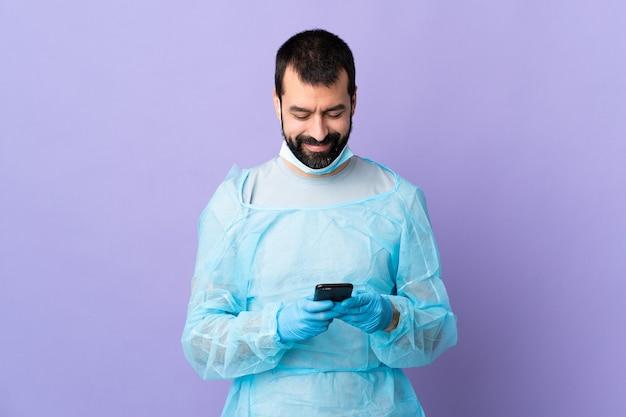 Mężczyzna lekarza z osobistym wyposażeniem ochronnym