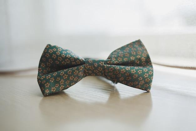 Mężczyzna łęku krawat na drewnianym tle