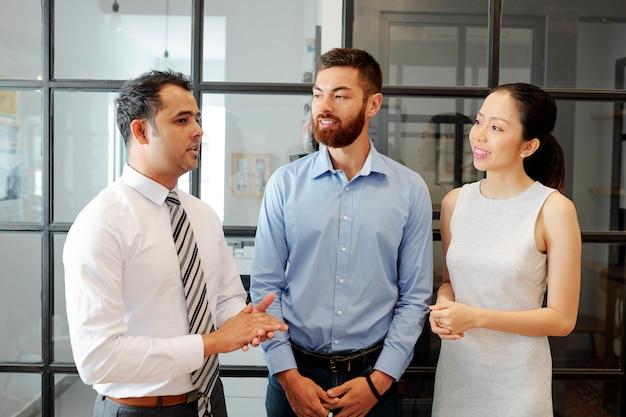 Mężczyzna lider i jego pracownicy w biurze