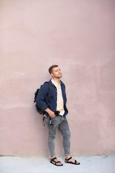 Mężczyzna lokalny podróżnik stojący na zewnątrz