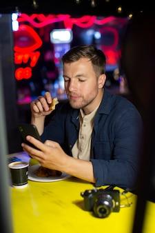 Mężczyzna lokalny podróżnik z aparatem w pubie