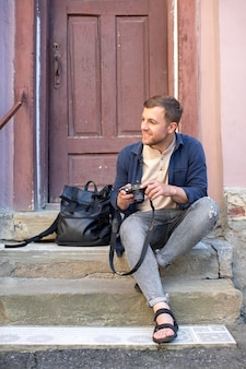 Mężczyzna lokalny podróżnik z aparatem