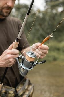 Mężczyzna łowi przy rzeką