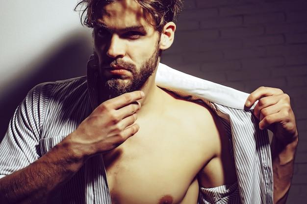 Mężczyzna lub sportowiec umięśniony wesoły z tułowiem mięśni