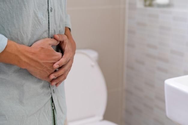 Mężczyzna ma ból brzucha. mężczyźni mają zapalenie gruczołu krokowego lub infekcję jelit.