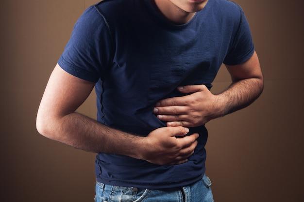 Mężczyzna ma ból brzucha