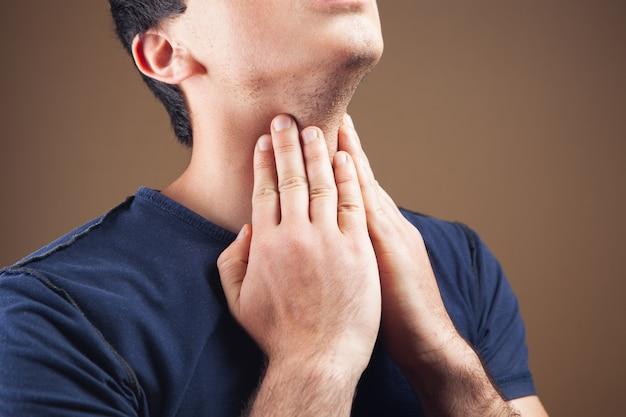 Mężczyzna ma ból gardła
