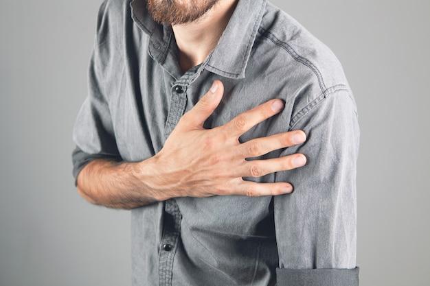 Mężczyzna ma ból w klatce piersiowej