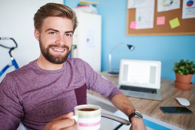 Mężczyzna ma krótką przerwę w pracy w domu