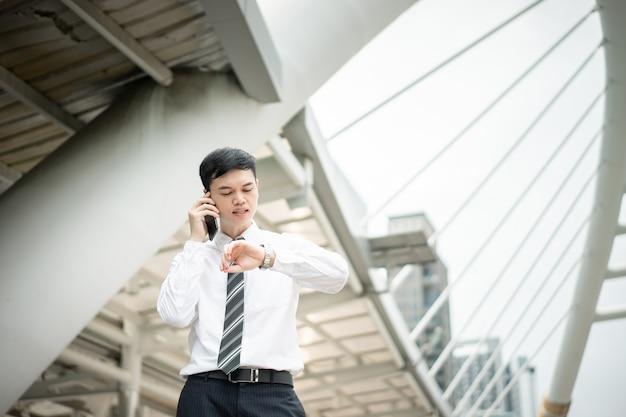 Mężczyzna ma na sobie białą koszulę i krawat.