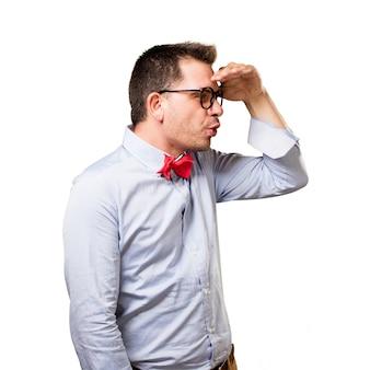 Mężczyzna ma na sobie czerwoną muszkę. patrząc zaskoczony.