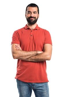 Mężczyzna ma na sobie czerwony koszulka polo z rękami skrzyżowanymi