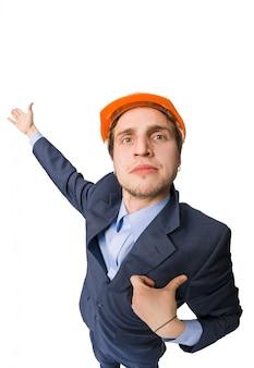 Mężczyzna ma na sobie hardhat