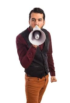 Mężczyzna ma na sobie kamizelkę krzycząc przez megafon