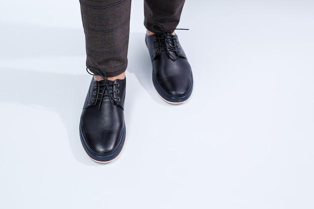 Mężczyzna ma na sobie klasyczne czarne buty ze skóry naturalnej na koronce, buty męskie w stylu biznesowym. zdjęcie wysokiej jakości