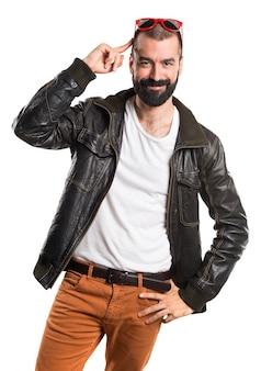 Mężczyzna ma na sobie skórzaną kurtkę