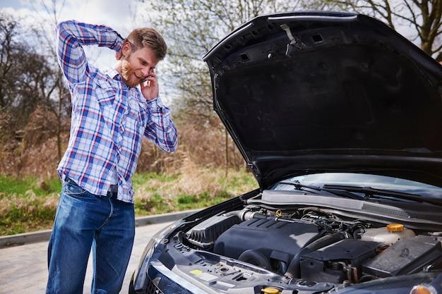 Mężczyzna ma problem ze swoim samochodem