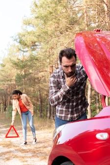 Mężczyzna ma problemy ze swoim samochodem