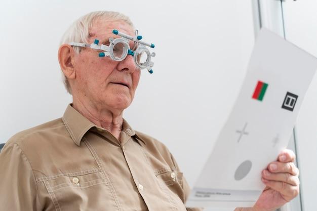 Mężczyzna mający badanie wzroku