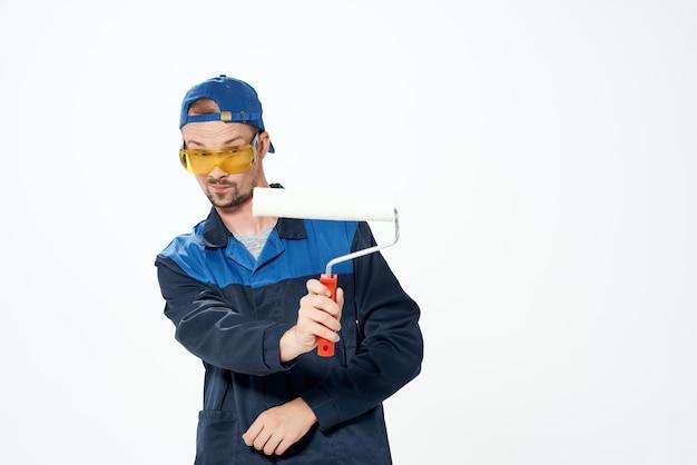 Mężczyzna malarz malowanie remont mieszkania. zdjęcie wysokiej jakości