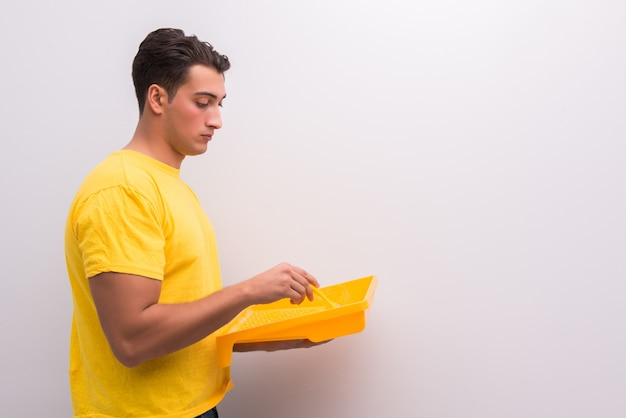 Mężczyzna malowania domu w koncepcji diy