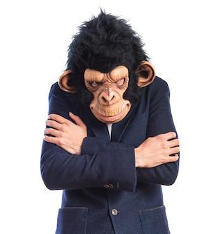 Mężczyzna małp zamrażania nad białym