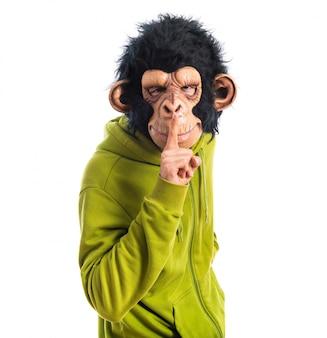 Mężczyzna małpa czyni gest ciszy