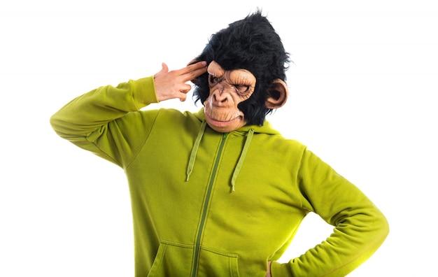 Mężczyzna małpa dokonywania samobójstwo gest