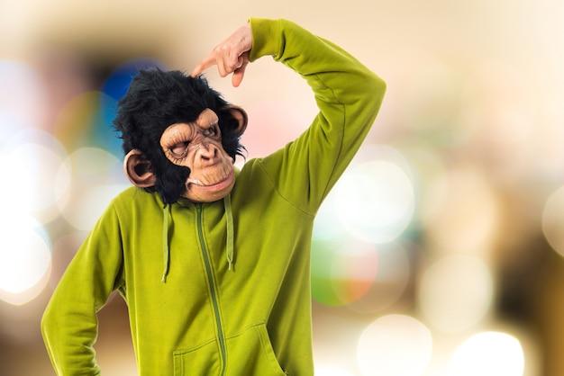 Mężczyzna małpa myślenia nad białym tłem