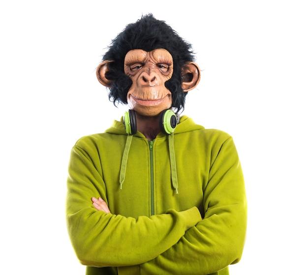 Mężczyzna małpa słuchania muzyki
