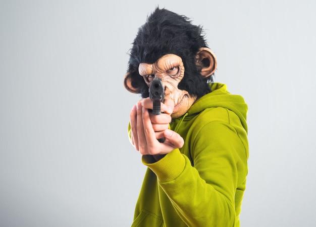 Mężczyzna małpa strzelanie z pistoletu