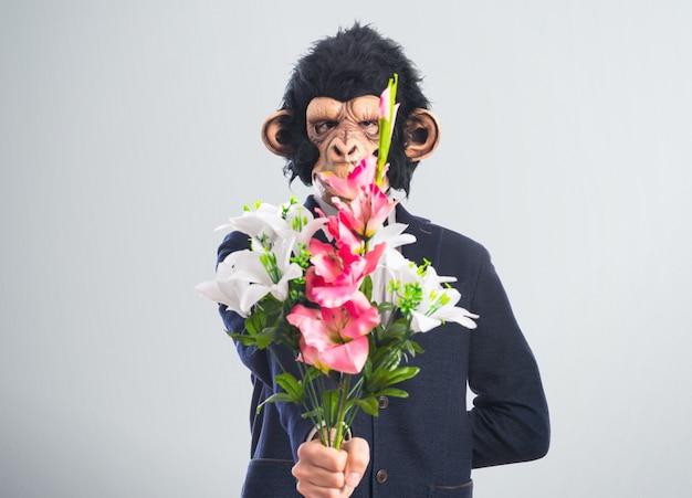 Mężczyzna małpa trzyma bukiet