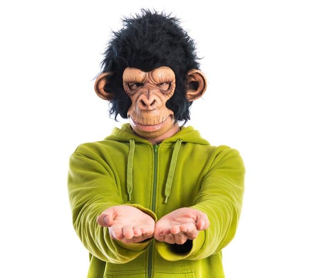 Mężczyzna małpa trzyma coś