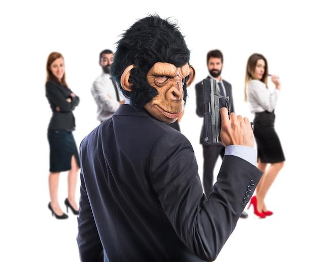 Mężczyzna małpa z pistoletem