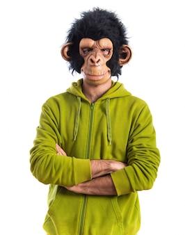 Mężczyzna małpa z rękami skrzyżowanymi