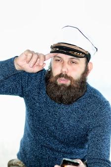Mężczyzna marynarz broda na białym tle