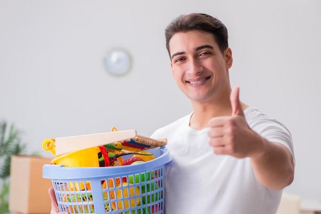 Mężczyzna mąż czyści zabawkę po dzieciach