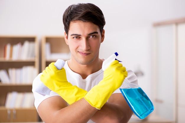 Mężczyzna mąż sprzątanie domu pomaga żona