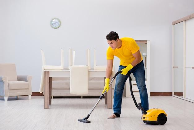 Mężczyzna mąż sprzątanie domu pomaga żonie