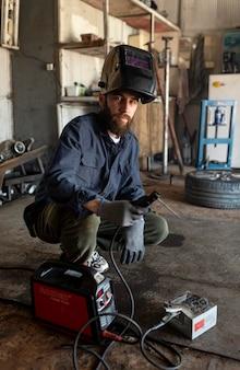 Mężczyzna mechanik pracujący w swoim warsztacie