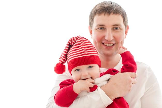 Mężczyzna mienia dziecko w bożenarodzeniowym kostiumu